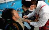 中国メディアによると、3月27日中国河南省焦作市の幼稚園で投毒事件が起き23人の園児が病院に運ばれた。写真は2011年西安市未央区の幼稚園の園児が亜硝酸塩中毒で救急処置を受けている(VCG/VCG via Getty Images)