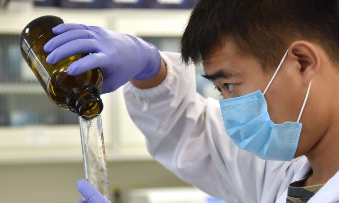 技術者が北京の遺伝子研究で作業を行っている様子、2018年8月撮影 (GREG BAKER/AFP/Getty Images)