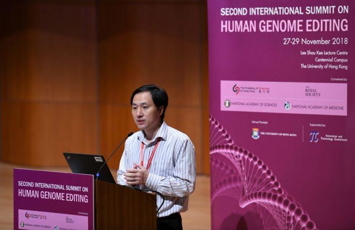 中国の南方科技大学副教授・賀建奎氏は2018年11月、香港の学会で、遺伝子編集をした双子の女児が誕生したと発表した(ANTHONY WALLACE/AFP/Getty Images)