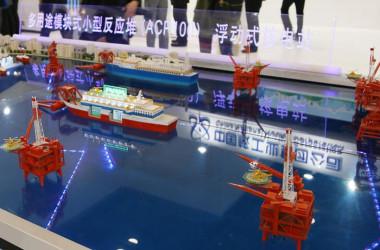 2017年北京の展示会で撮影された、海洋の採掘活動場などの付近て運転されている、海上浮遊する小型原子力発電所ACP100(Weibo)