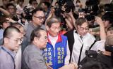 台湾親中団体、「中国平和統一促進会」の張安樂会長(写真中央、青いベストを着ている)(陳柏州/大紀元)