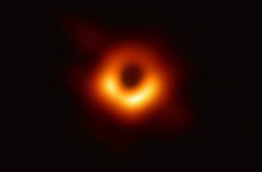 国際共同研究グループが10日発表したブラックホールの写真の版権をめぐって、中国の画像などを提供するインターネット会社、視覚中国は批判された(Credit: Event Horizon Telescope Collaboration)