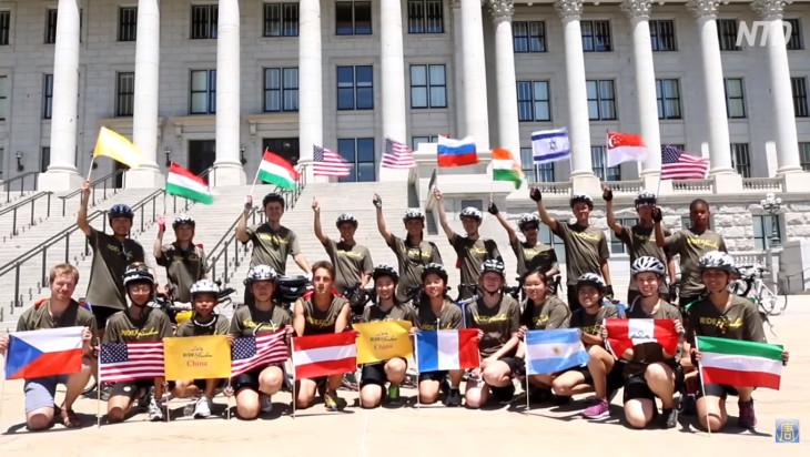 イラン出身の会社役員の女性は、法輪功の迫害による被害者で孤児となった子どもたちを支援するために、自転車旅行に参加しているという(NTD)