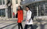 ニューヨーク東部連邦裁判所で、閉廷後に姿を見せた中国国際航空の元社員リン・イン(白いコートの女性)と弁護士(蔡溶/大紀元)