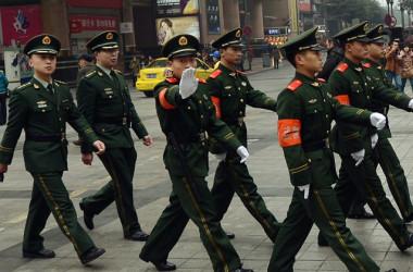 重慶の街中を行進する中国警官(Mark Ralston/AFP/Getty Images)