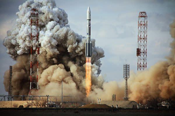 2012年3月カザフスタンで打ち上げられた、米ボーイング社製の「インテルサット22」通信衛星(STR/AFP/Getty Images)