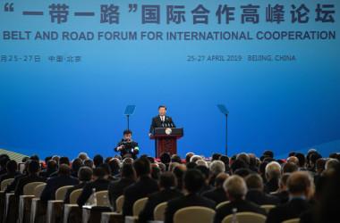北京の人民大会堂で開かれている第2回一帯一路フォーラムで26日、演説する中国習近平主席(FRED DUFOUR/AFP/Getty Images)
