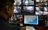 ドゥテルテ大統領の出身地ダバオ市で、監視カメラをチェックする男性(GettyImages)