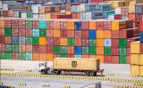 トランプ米大統領は5日ツイッターで、中国製品への制裁関税を現行の10%から25%へ引き上げると発表した。写真は中国上海の洋山深水港(JOHANNES EISELE/AFP/Getty Images)