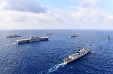 日本と米国、インド、フィリピンの海軍および自衛隊が共同訓練を行い、南シナ海を航行する(海上自衛隊)