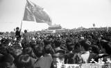 1989年六四天安門事件当時、天安門広場で集会を行った学生の中に、名門校「清華大学」の旗を掲げる学生がいた(Jian Liuさん提供)