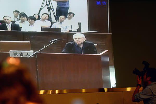 英国人のピーター・ハンフリー氏は昨年11月、2014年中国でテレビ自白を強要されたとして、英放送規制当局に対して中国国営CCTVの放送許可の取り消しを求めた。写真はハンフリー氏が14年、中国で受けた裁判の様子(JOHANNES EISELE/AFP/Getty Images)