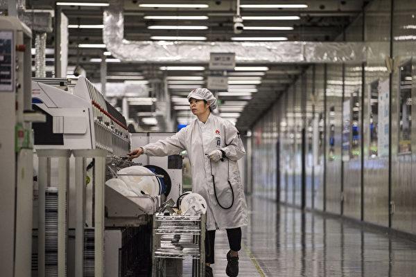 米企業はこのほど、ファーウェイが中国の大学教授を利用して技術を盗み出したと非難した。写真はファーウェイの中国広東省東莞市にある工場の様子(Kevin Frayer/Getty Images)