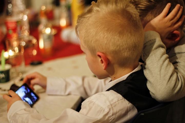 子どもがスマホを見る時間をどのくらいに制限すべきなのか?(pixabay)