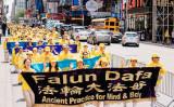 世界各国から集まった約1万人の法輪功学習者は16日、米ニューヨーク市で「世界法輪大法デー」を祝賀するイベントに参加した(Edward Dye/The Epoch Times)