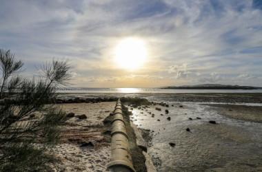 沿岸部に設置された排水管、参考写真(Illustration - Shutterstock)