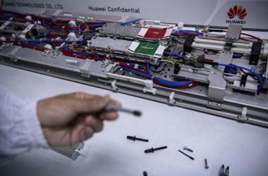 米政府はこのほど、中国通信機器大手ファーウェイを輸出規制リストに追加した(Kevin Frayer/Getty Images)