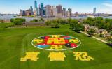 2019年5月18日、世界各国の法輪功学習者5千人が米ニューヨーク市のガバナ―ズ島に集結し、「真・善・忍」や「法輪図形」の人文字を作った(William Wang/新唐人テレビ)