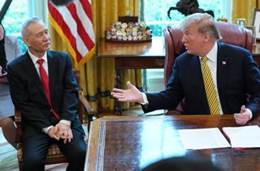 トランプ米政権は、国家安全保障上の脅威があるとして、中国企業への取り締まりを強化している。写真は4月4日、トランプ大統領はホワイトハウスで訪米した中国の劉鶴副首相と会談した(Chip Somodevilla/Getty Images)