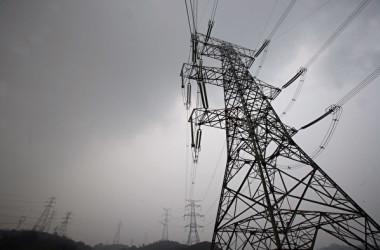 高さ50mの鉄塔でも平然と寝てしまう作業員らの動画が中国で話題(China Photos/Getty Images)