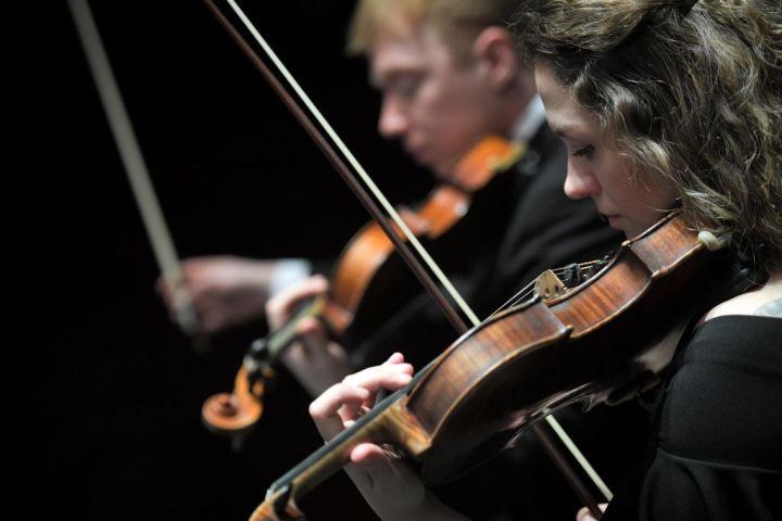 ウラル青年交響楽団が2019年2月1日、西フランスのナントで開かれたフォル・ジュルニークラシック音楽祭で演奏している(LOIC VENANCE/AFP/Getty Images)