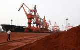 江蘇省連雲港で運搬される希少土(Getty Images)