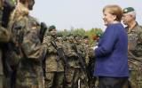 ドイツ軍当局は、今月20日、メルケル首相が同国のNATO軍基地を視察した際、中国国営新華社通信の記者3人がスパイ行為を行ったとして調査を始めた(Morris MacMatzen/Getty Images)