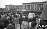 1989年六四天安門事件当時、天安門広場の西側に位置する人民大会堂の前に集まる学生たち(Jian Liuさん提供)