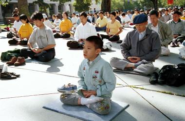 1999年7月、米カリフォルニア州で屋外で法輪功の気功動作を実践する人々(Getty Images)