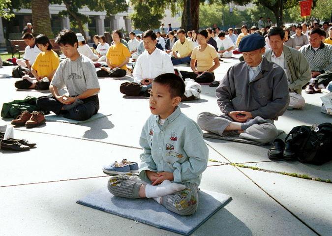 1999年7月、米カリフォルニア州で屋外での法輪功の気功動作を実践する人々(Getty Images)