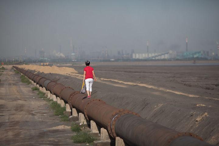 2016年、内モンゴルの希少類採掘と開発地域を歩く女性(Getty Images)