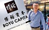 中国人富豪の郭文貴氏によれば、江沢民の孫・江志成(33)氏の資産は5000億ドルにのぼるという(新紀元より提供、大紀元合成)