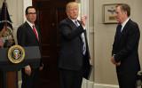 写真はムニューシン米財務長官(左)、トランプ米大統領(中央)とライトハイザー米通商代表部代表(右)(Chip Somodevilla/Getty Images)
