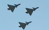 2010年4月13日、中国天津市の上空を通過した中国のJ-10戦闘機(FREDERIC J. BROWN/AFP/Getty Images)