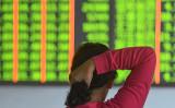写真は2018年10月18日、中国浙江省杭州市のある証券会社内の様子(STR/AFP/Getty Images)