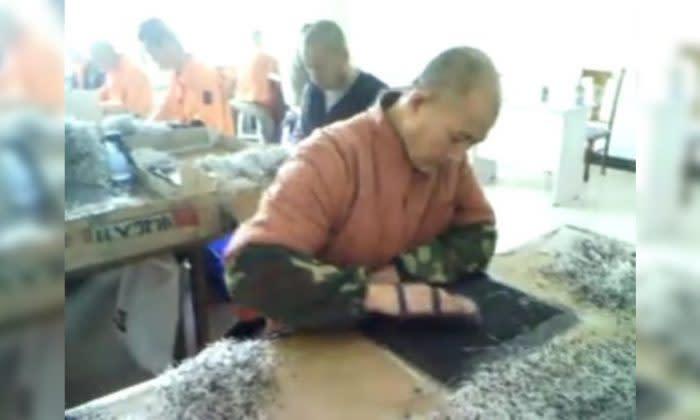 ダイオードをひたすらゴム製のマットにこすりつける作業を繰り返す収容者(于溟さん撮影)