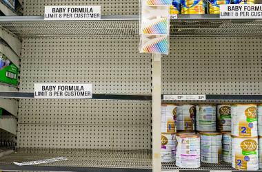 シドニー市内のスーパーマーケットで、空になった粉ミルク販売コーナー。「一人8缶まで」と掲示されている(GettyImages)