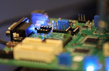 ロイター通信11日付によると、半導体製造装置メーカー大手の東京エレクトロンは、米禁輸措置対象リストに追加された中国企業との取引を停止する方針を示した(Justin Sullivan/Getty Images)