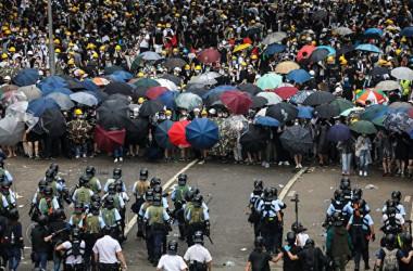 香港警察当局は12日、立法会周辺で抗議デモを行う市民に催涙弾とゴム弾などを発射して鎮圧した(DALE DE LA REY/AFP/Getty Images)