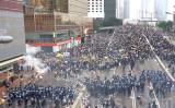 香港警察当局は12日、立法会周辺で抗議デモを行う市民に催涙弾とゴム弾などを発射して鎮圧した(李逸/大紀元)