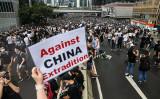 香港市民は12日、刑事犯罪容疑者の中国本土への移送を可能にする「逃亡犯条例」改正案の撤回を求める抗議活動を行った(DALE DE LA REY/AFP/Getty Images)