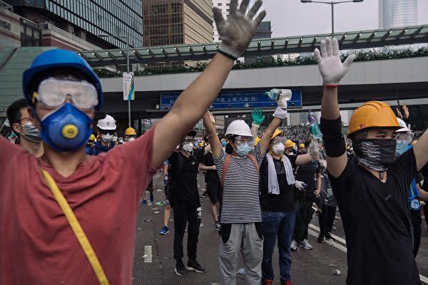 6月12日、マスクにヘルメット、ゴーグルのフル装備でデモに参加した香港市民(Billy H.C. Kwok/Getty Images)