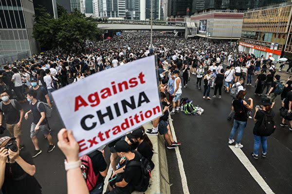 香港市民は12日、中国本土への刑事犯罪容疑者の移送が可能にする「逃亡犯条例」改正案の撤回を求める抗議活動を行った(DALE DE LA REY/AFP/Getty Images)