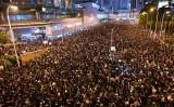 香港市民約200万人が16日、「逃亡犯条例」改正案の撤回と林鄭月娥・行政長官の辞職を求めて大規模な抗議デモを行った(HECTOR RETAMAL/AFP/Getty Images)