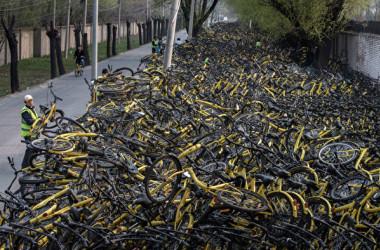北京市の街に廃棄されているofoの自転車(Kevin Frayer/Getty Images)