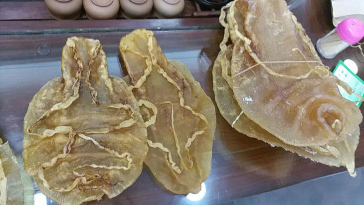 米カリフォルニア州警察は、「海のコカイン」と呼ばれる巨大魚トトアバの浮袋の密輸容疑で、中国人2人を逮捕した。写真は杭州の市場で売られている乾燥浮袋(GettyImages)