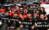 香港で展開されている「逃亡犯条例」改正案反対デモを支持する台湾の市民(SAM YEH/AFP/Getty Images)