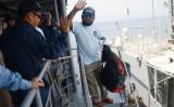 海賊対処任務中「あさぎり」は、ソマリア沖・アデン湾で沈没しかけたインド貨物船の乗船員2人を救助した(写真・防衛省統合幕僚部)