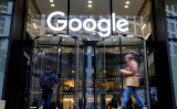 11月、ロンドンのGoogle英国本社を通り過ぎる人々。2018年1月(トルガ・アクメン/AFP/Getty Images)