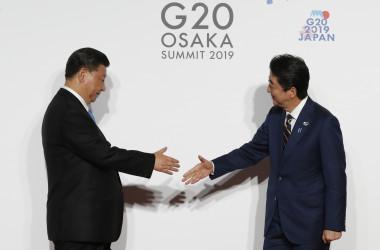 6月28日、大阪G20サミットで握手する安倍晋三首相と習近平国家主席(KIM KYUNG-HOON/AFP/Getty Images)